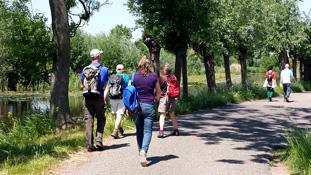Wandelaars langs de Vlist, de grens van het inundatiegebied Lopikerwaard.